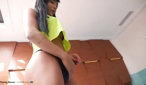 Yasmin Dornelles pissing